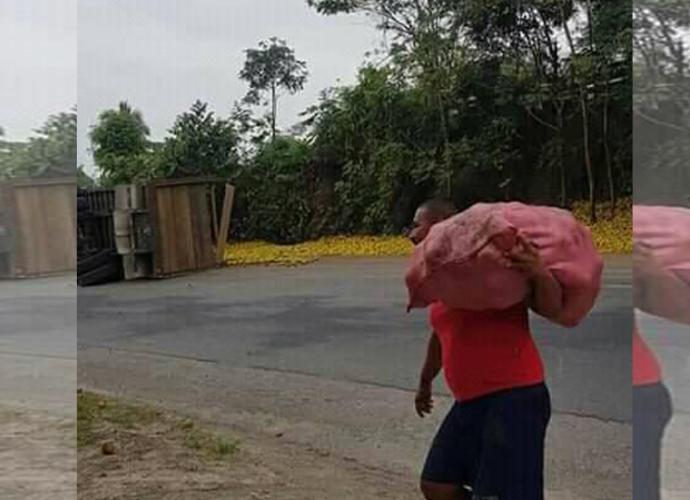 Camión-volcó-y-botó-naranjas-en-Izabal