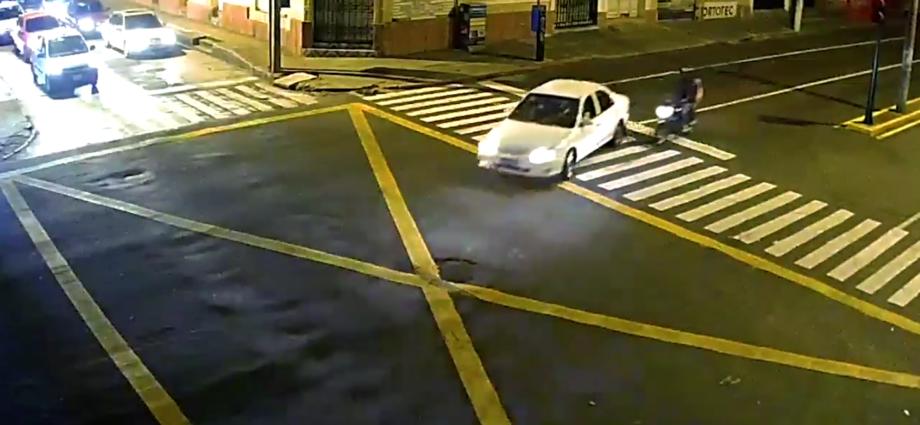 Colisión de motorista y vehículo en zona 1