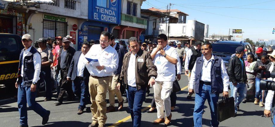 Presidente y Ministro de Comunicaciones supervisan carretera en Quetzaltenango