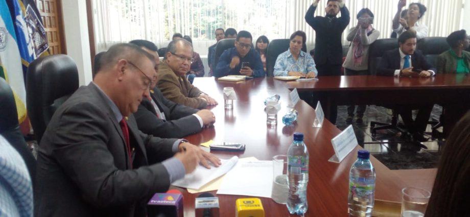 Se firma carta de compromiso para asegurar el incremento salarial a los trabajadores del area de salud de Guatemala