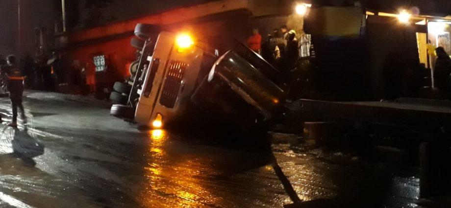 Fuerte accidente entre camión cisterna y pick up en bajada el zope