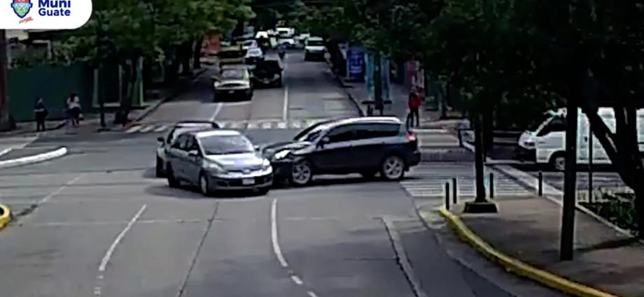 Colisión vehicular en Avenida Reforma zona 10