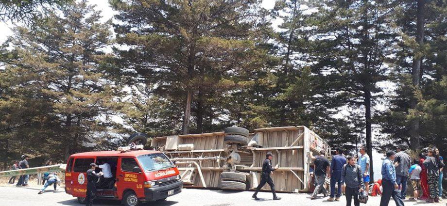 Bus volcado en Cumbre de Olintepeque