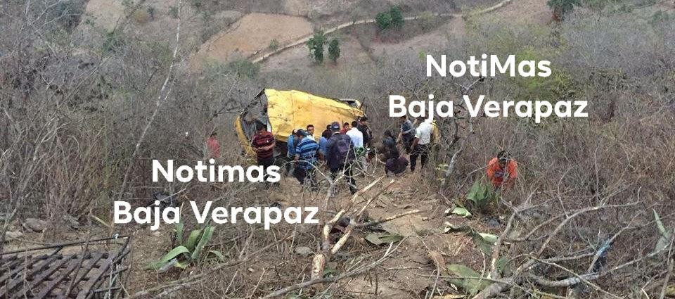 Bus cae a fondo de barranco en Baja Verapaz