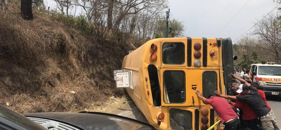 24 estudiantes heridos bus volcado en San Raymundo