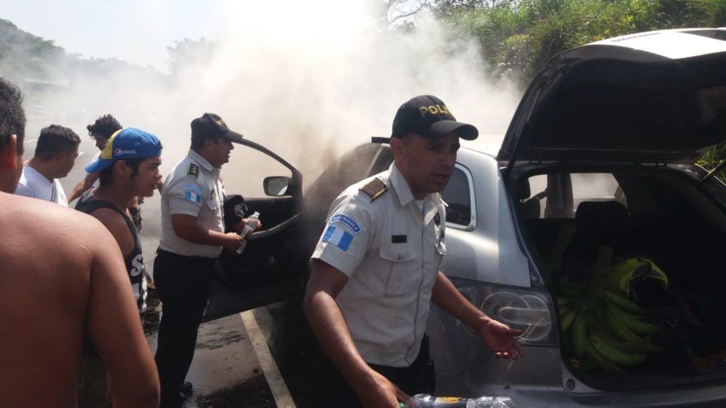 Agentes de la PNC actuan para rescatar a las víctimas, cuando vehículo ardía en llamas en la autopista de Palín Escuintla.