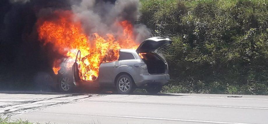 Carro arde en llamas en autopista Palín Escuintla