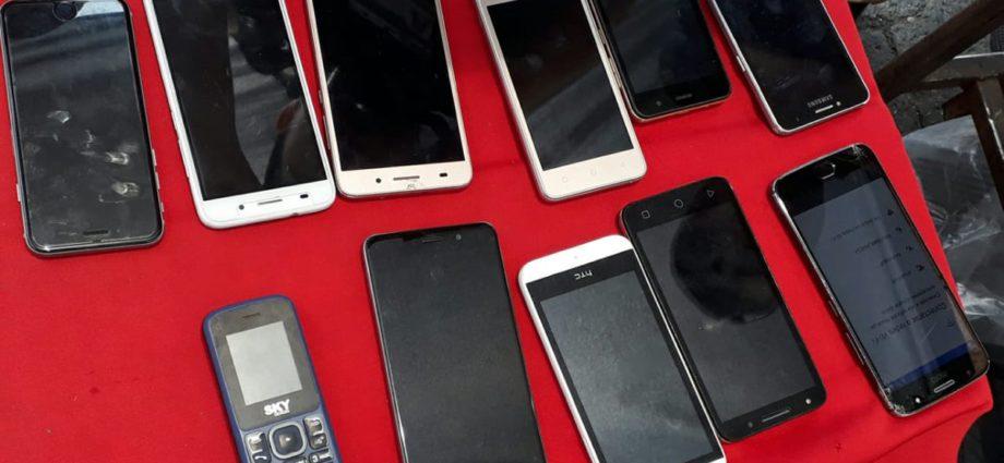 Capturan a 2 personas por vender celulares robados