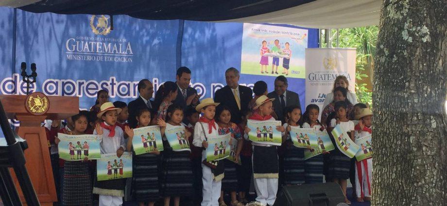 entrega de libros en 7 idiomas mayas