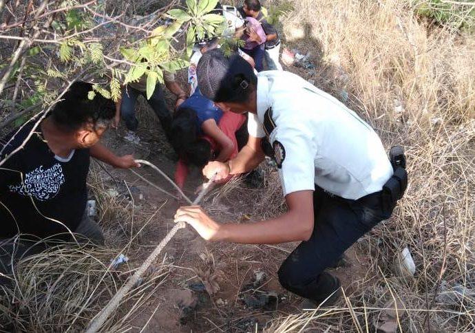 PNC ayuda a víctimas de accidente en Huhuetenango