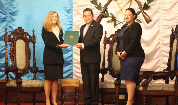 presidente Jimmy Morales recibe credenciales de nuevos embajadores