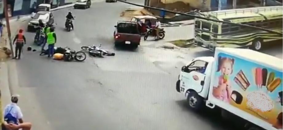 Motoristas colisionan de frente en quetzaltenango