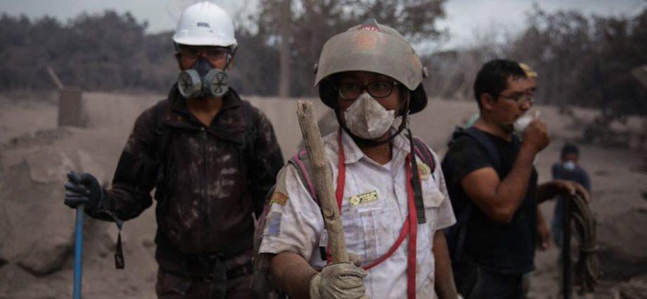 bomberos voluntarios son reconocidos en los angeles estados unidos