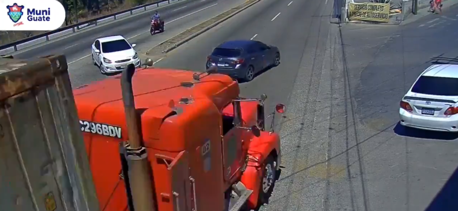 vehículo se salva de ser arrollado por trailers
