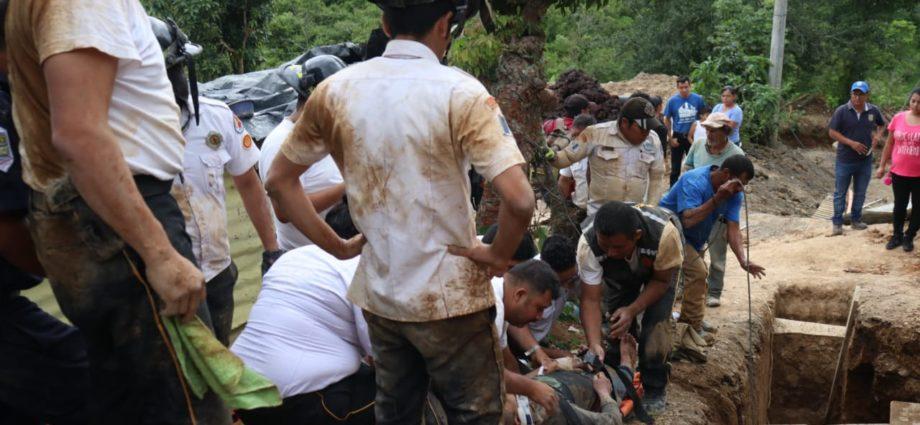 Rescatan a dos hombres soterrados en santa catarina pinula