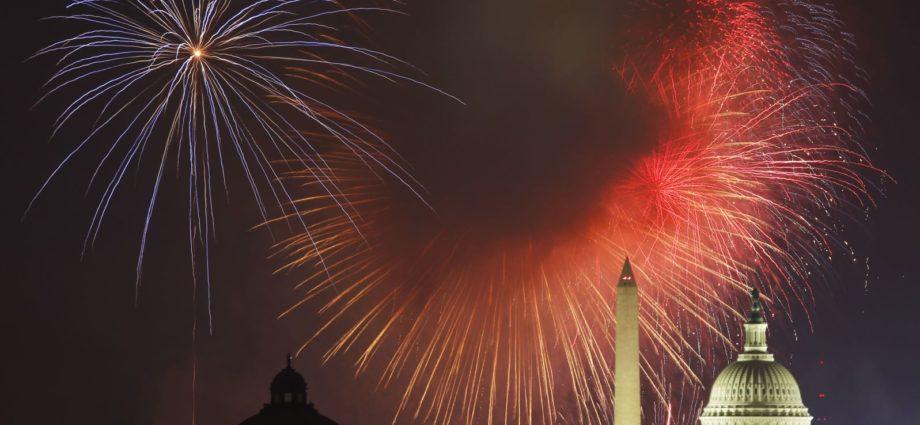 Capitolio de Estados Unidos y el Monumento a Washington en el día de Independencia