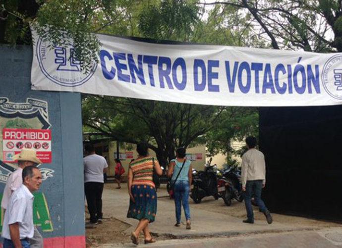 las personas asisten a emitir su voto