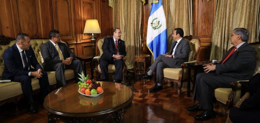 Giammattei y Morales en junta