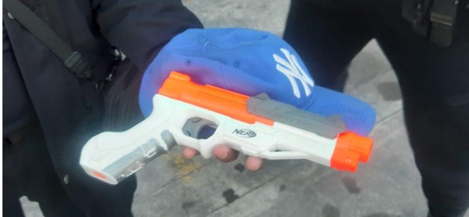 pistola de juguete usada por asaltante